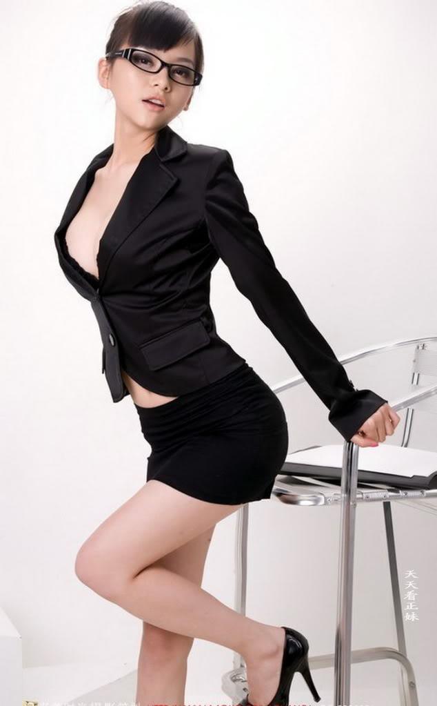 эро фото женщины в строгом костюме